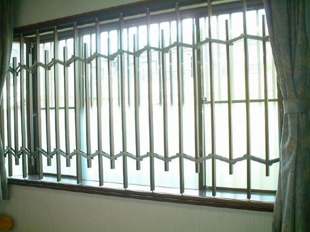 防衛くん設置例1)腰高窓へ